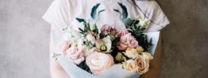 湯房蔵屋JOB(女の子求人)サイト_トップスライド画像_綺麗な花束を抱えるTシャツの女性