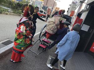 湯房蔵屋JOB(女の子求人)サイト_花魁撮影同行_玄関先で人力車に乗る風景
