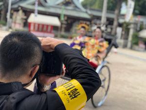 湯房蔵屋JOB(女の子求人)サイト_花魁同行_人力車に乗った風景をカメラマンに